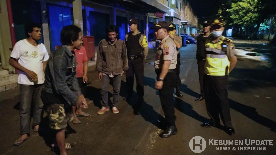 Kapolsek kota memberikan imbauan kepada warga di Pasar Tumenggunan. (Foto: Padmo-KebumenUpdate)