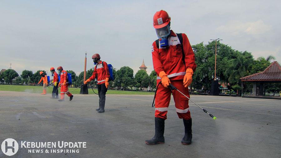 Tim PMI Kebumen saat menyemprot kawasan Alun-alun menggunakan disinfektan. (Foto: Padmo-KebumenUpdate)