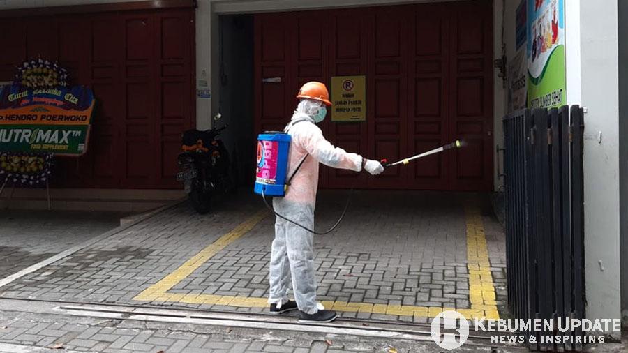 Petugas BPBD Kebumen melakukan sterilisasi toko milik pasien yang meninggal dunia. (Foto: BPBD Kebumen)