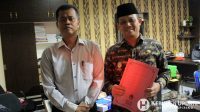 Wabup Kebumen Arif Sugiyanto menunjukkan surat tanda penerimaan laporan (STPL). (Foto: Padmo-Kebumen)
