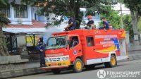 Petugas damkar melakukan penyemprotan disinfektan di Jalan Soetoyo. (Foto: Padmo-KebumenUpdate)