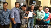Sujud Sugiarto didampingi pengacara menunjukkan surat kuasa. (Foto: Istimewa)