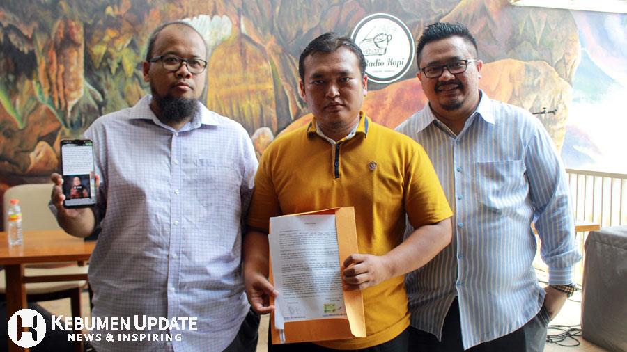 Kuasa Hukum Radio Kopi Wempy Setyabudi (tengah) bersama general manager Radio Kopi dan pengurus PHRI menunjukkan informasi sesat. (Foto: Padmo-KebumenUpdate)