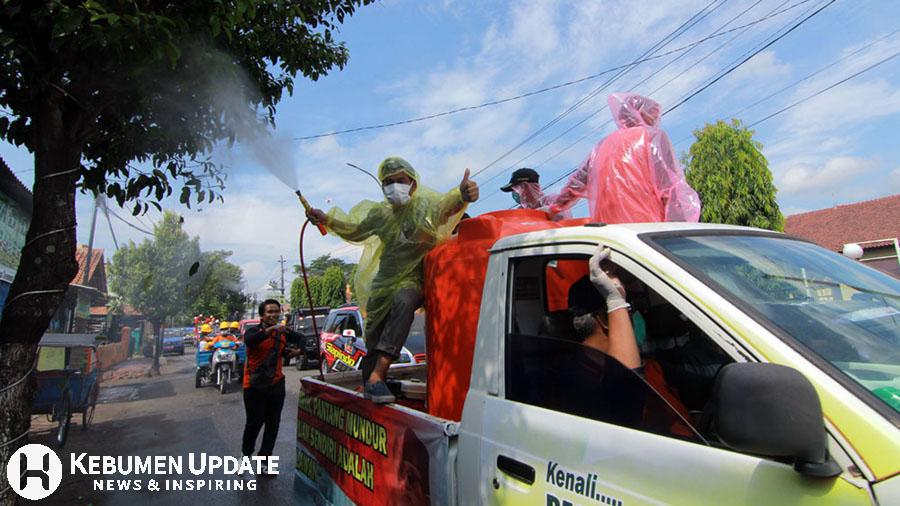 Relawan turut menyemprot jalan protokol. (Foto: Padmo-KebumenUpdate)