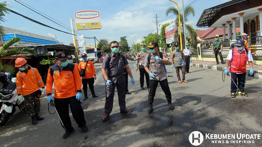 Kapolres AKBP Rudy Cahya Kurniawan bersama Forkopimda menyemprotkan disinfektan. (Foto: Padmo-KebumenUpdate)