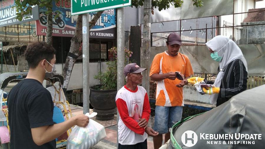 Penarik becak menerima bantuan sembako dari dermawan. (Foto: Istimewa)
