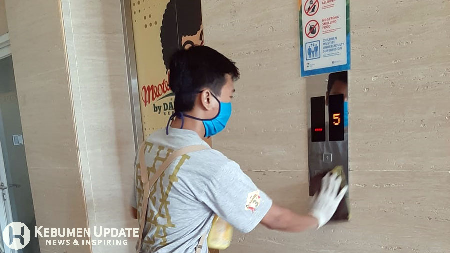 Staf Meotel membersihkan tombol lift. (Foto: Istimewa)