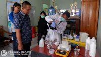 Wabup Arif Sugiyanto meninjau pembuatan disinfektan dan sainitizer. (Foto: Istimewa).