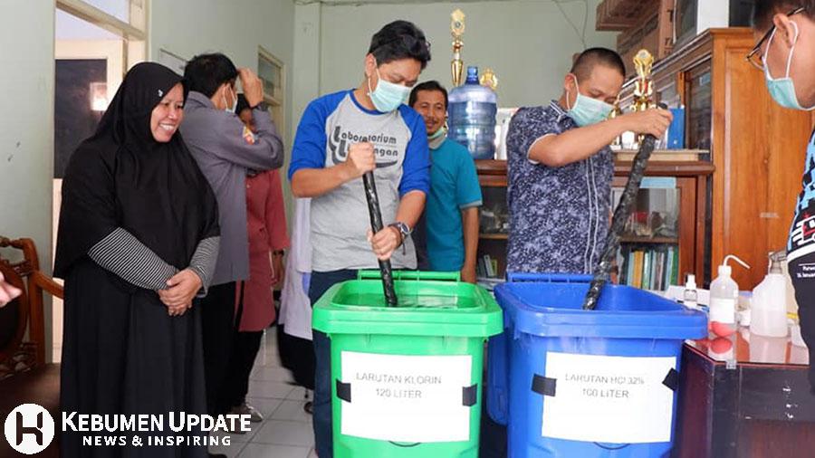 Wabup Kebumen Arif Sugiyanto saat meninjau produk disinfektan. (Foto: Istimewa)