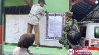 Petugas memasang poster maklumat Kapolri. (Foto: Polres Kebumen)