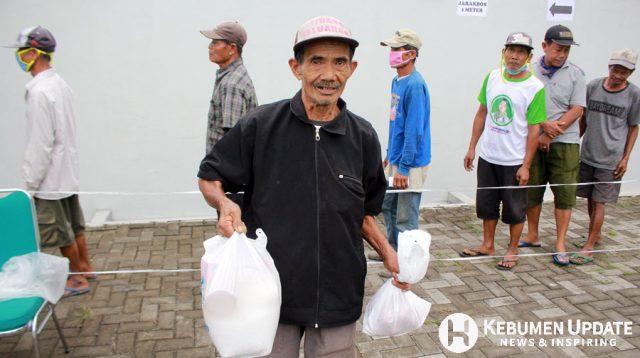 Penarik becak usai menerima paket sembako dari Baznas Kebumen. (Foto: Padmo-KebumenUpdate)