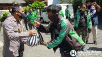 Kapolres AKBP Rudy Cahya Kurniawan menyerahkan bingkisan kepada driver ojol. (Foto: Padmo-KebumenUpdate)