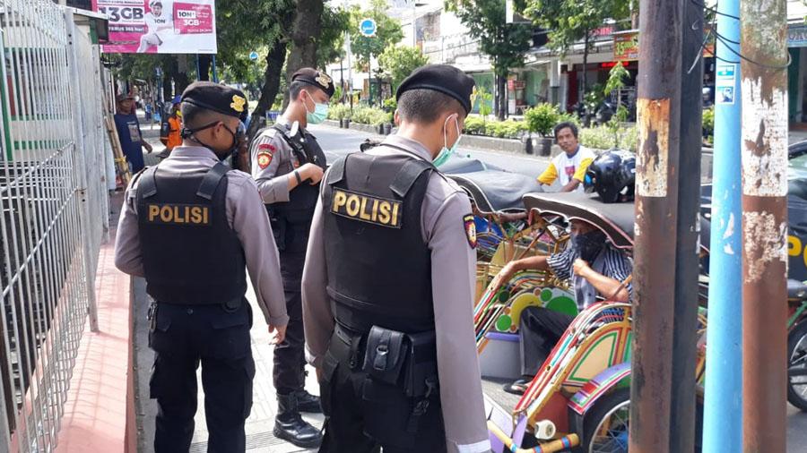 Anggota Sat Samapta melakukan imbauan untuk memakai masker. (Foto: Dok. Polres Kebumen)