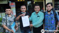 Sujud Sugiarto didampingi para pengacara menunjukkan STTLP. (Foto: Padmo-KebumenUpdate)