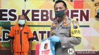 Kapolres AKBP Rudy Cahya Kurniawan menunjukkan tersangka dan barang buktinya. (Foto: Dok. Polres Kebumen)