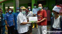Bupati Kebumen Yazid Mahfudz menyerahkan sertifikat kepada pasien yg dinyatakan sembuh. (Foto: Humas Setda Kebumen)