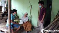 Muda-mudi Karang Taruna Pantai Indah saat menyalurkan beras kepada warga kurang mampu. (Foto: Istimewa)