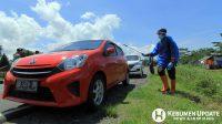 Mobil yang melintas di Kebumen disemprot menggunakan disinfektan. (Foto: Padmo-KebumenUpdate)