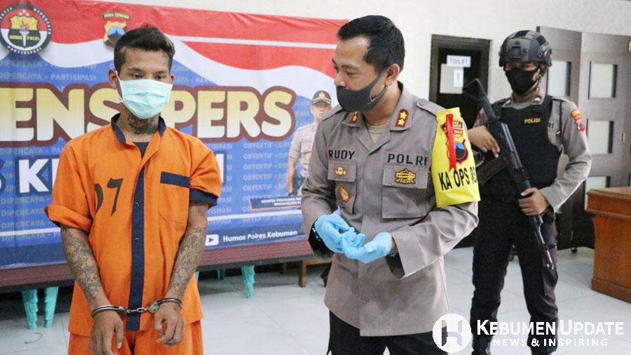 Tersangka persetubuhan dengan bocah di bawah umur ditahan di Mapolres Kebumen. (Foto: Humas Polres Kebumen)