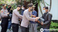 Kapolres Kebumen AKBP Rudy Cahya Kurniawan menyerahkan sembako kepada buruh di yang terdampak pandemi Covid-19. (Foto: Istimewa)