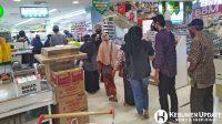 Petugas memeriksa suhu pengunjung Rita Pasar Raya Kebumen. (Foto: Padmo-KebumenUdate)