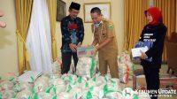 Wabup menyerahkan bantuan kepada Ketua Sedulur Hasto. (Foto: Padmo-KebumenUpdate)