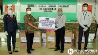 Bagian Pemasaran Bank Jateng Cabang Kebumen, Wewed Urip Widodo menyerahkan bantuan kepada Direktur RSUD dr Soedirman dr Widodo Suprihantoro. (Foto: Padmo-KebumenUpdate.com)