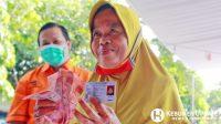 Warga menunjukkan uang usai menerima bantuan sosial tunai. (Foto: Padmo-KebumenUpdate)