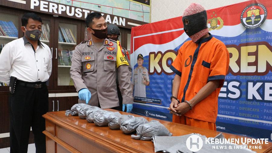 Kapolres AKBP Rudy Cahya Kurniawan meminta keterangan kepada tersangka penjual obat bercon. (Foto: Istimewa)