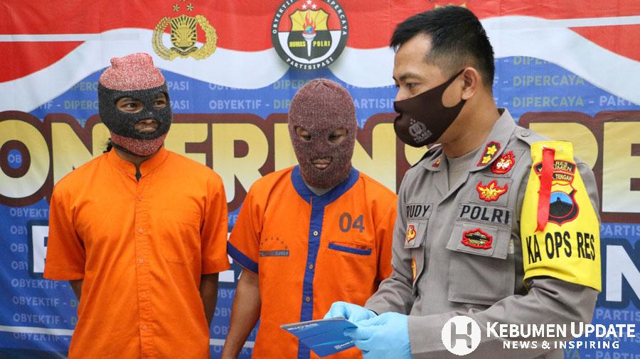 Tersangka RH dan RD dimintai keterangan oleh Kapolres Kebumen AKBP Rudy Cahya Kurniawan. (Foto: Istimewa)