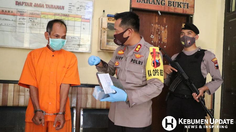 Tersangka pencurian saat dimintai keterangan di Mapolres Kebumen. (Foto: Istimewa)