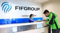 Seorang driver ojek online menandatangani pengajuan relaksasi kredit di cabang FIFGROUP Jakarta dalam protokol kesehatan Covid-19. (Foto: Istimewa)