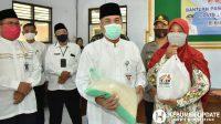 Bupati H Yazid Mahfudz menyerahkan bansos sembako Pemprov Jateng. (Foto: Istimewa)