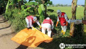 Proses evakuasi jenazah tukang ojek yang meninggal di pinggir jalan. (Foto: Istimewa)