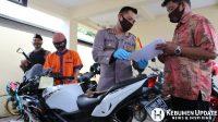 Kapolres Kebumen AKBP Rudy Cahya Kurniawan memeriksa barang bukti. (Foto: Istimewa)
