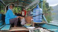 Bu Silah siap melayani pelanggan di warung perahu miliknya. (Foto: Sigit Asmodiwongso)