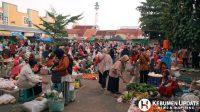 Aktivitas Pasar Pagi Tumenggungan, Kebumen tampak ramai di tengah pandemi Covid-19. (Foto: Padmo-KebumenUpdate)