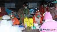 Wabup H Arif Sugiyanto meninjau pelaksanaan rapid test massal di Pasar Rowokele. (Foto: Padmo-KebumenUpdate)