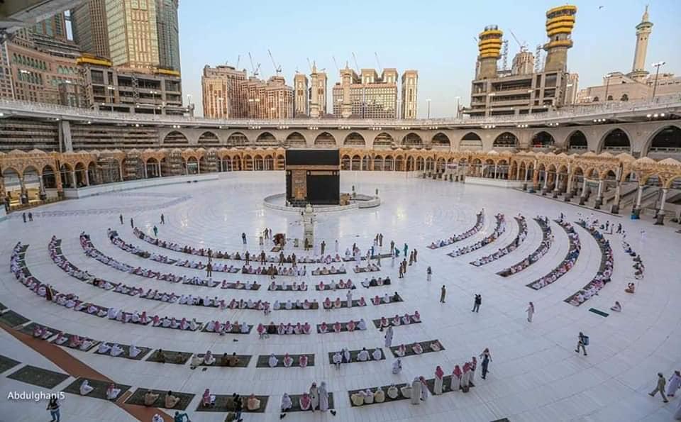 Jamaah salat di Masjidil Haram saat pandemi Covid-19. (Foto: Fb. haramainupdate)