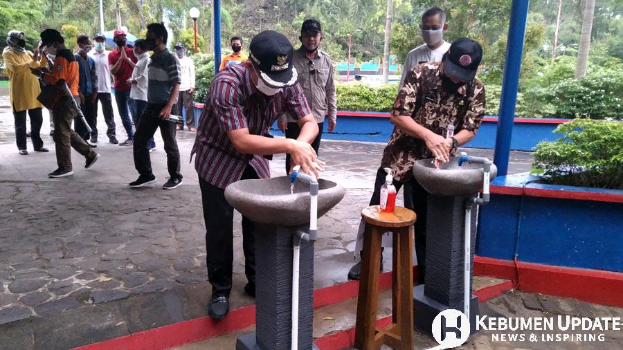 Wabup Arif Sugiyanto mencuci tangan di wastafel di depan lokel Goa Jatijajar. (Foto: Padmo-KebumenUpdate)