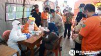 Bupati Kebumen Yazid Mahfudz memantau rapid test massal di Pasar Kuwarasan. (Foto: Humas Kebumen)