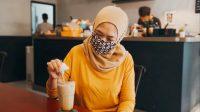 Menyeduh es kopi susu di Unclebeans. (Foto: Padmo-KebumenUpdate)