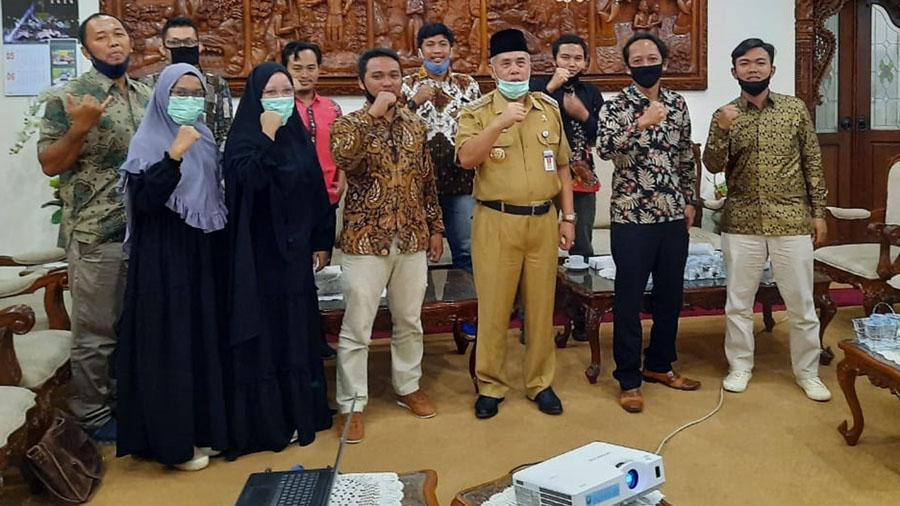 Anggota HPPK foto bersama Bupati KH Yazid Mahfudz. (Foto: Istimewa)