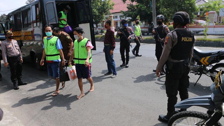 Pemindahan tahanan dikawal petugas bersenjata. (Foto: Humas Polres Kebumen)