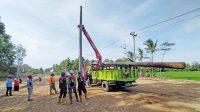 Pekerja PLN menyelesaikan pemindahan tiang listrik. (Foto: Istimewa)