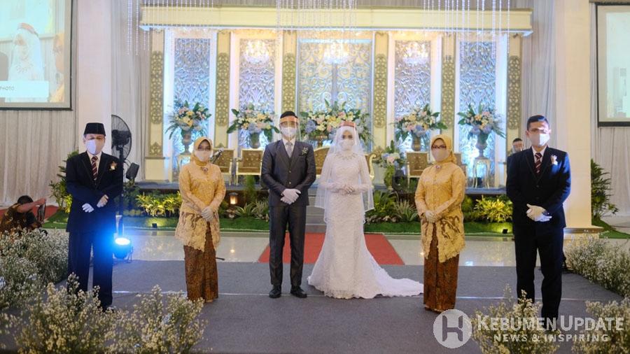 Pasangan pengantin dan orang tua memakai masker. (Foto: Istimewa)