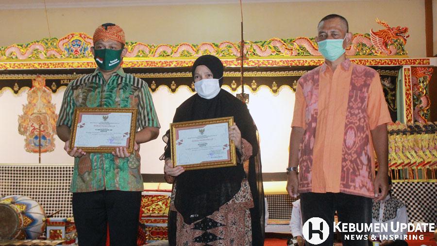 Wabup Arif Sugiyanto bersama isri Iin Windarti menerima apresiasi. (Foto: Padmo-KebumenUpdate.com)