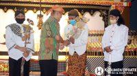 Wabup Kebumen H Arif Sugiyanto SH menyerahkan tokoh wayang kepada dalang. (Foto: Padmo-KebumenUpdate.com)