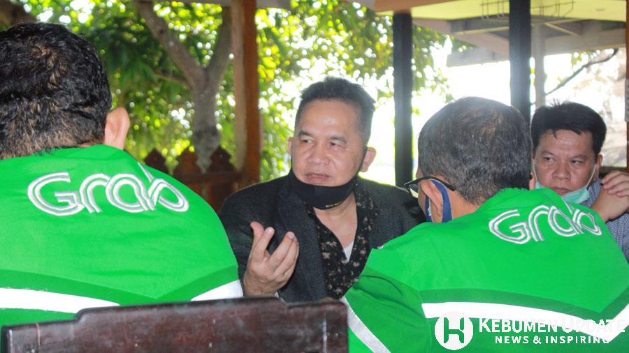 Eno Syafrudien berbincang dengan driver ojek online. (Foto: Padmo-KebumenUpdate.com)