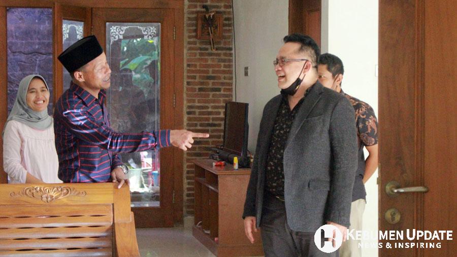 Eno Syafrudien saat berada di kediaman Zaini Miftah. (Foto: Padmo-KebumenUpdate.com)